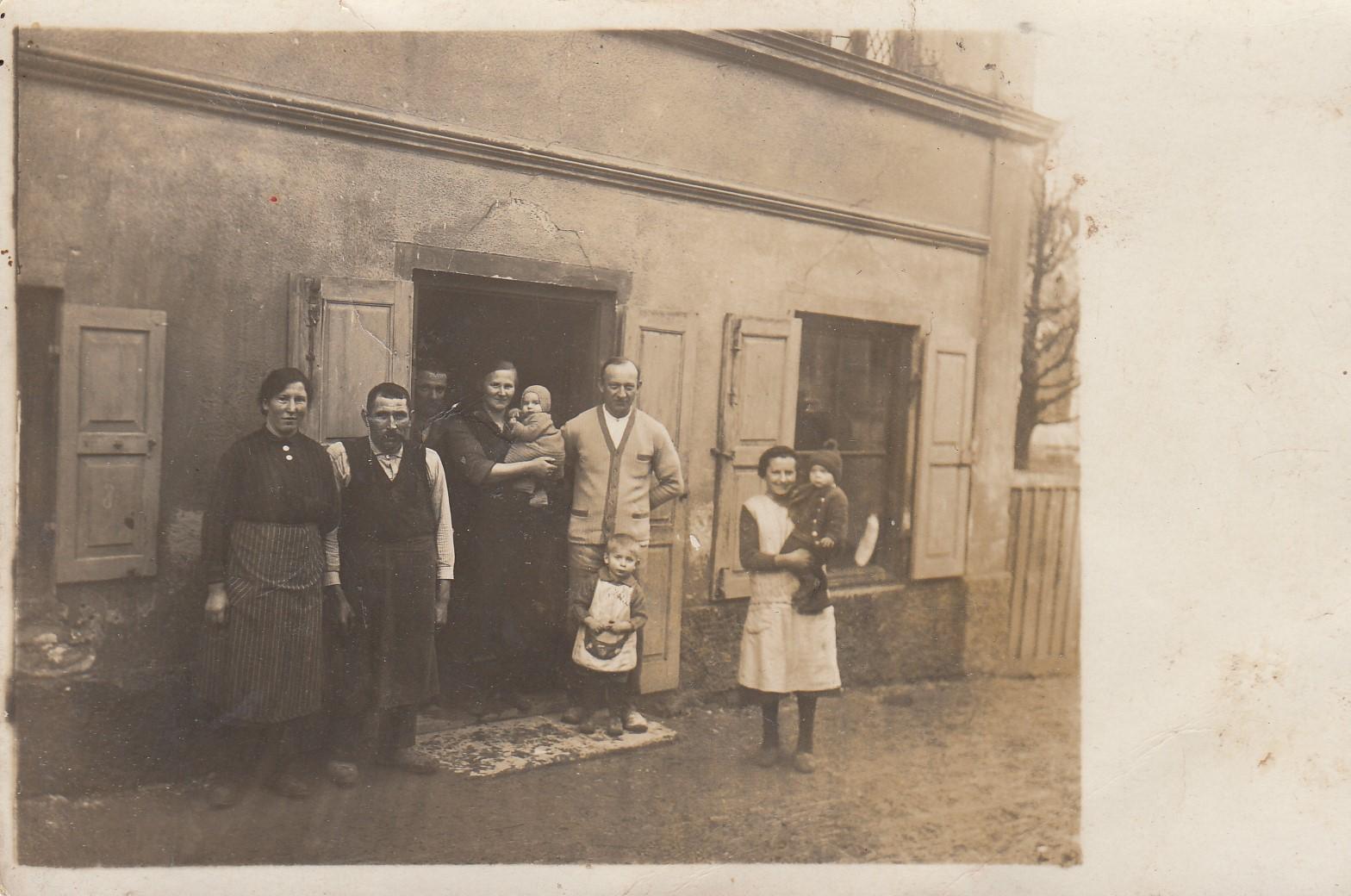 1926-Hohenstauenstr.2-v.l.-Magd-Knecht-Lenz-Knecht-Maria-Poeppel-Maria-Poeppel-Alois-Poeppel-Hubert-Poeppel-Anni-BeckMax-Poeppel