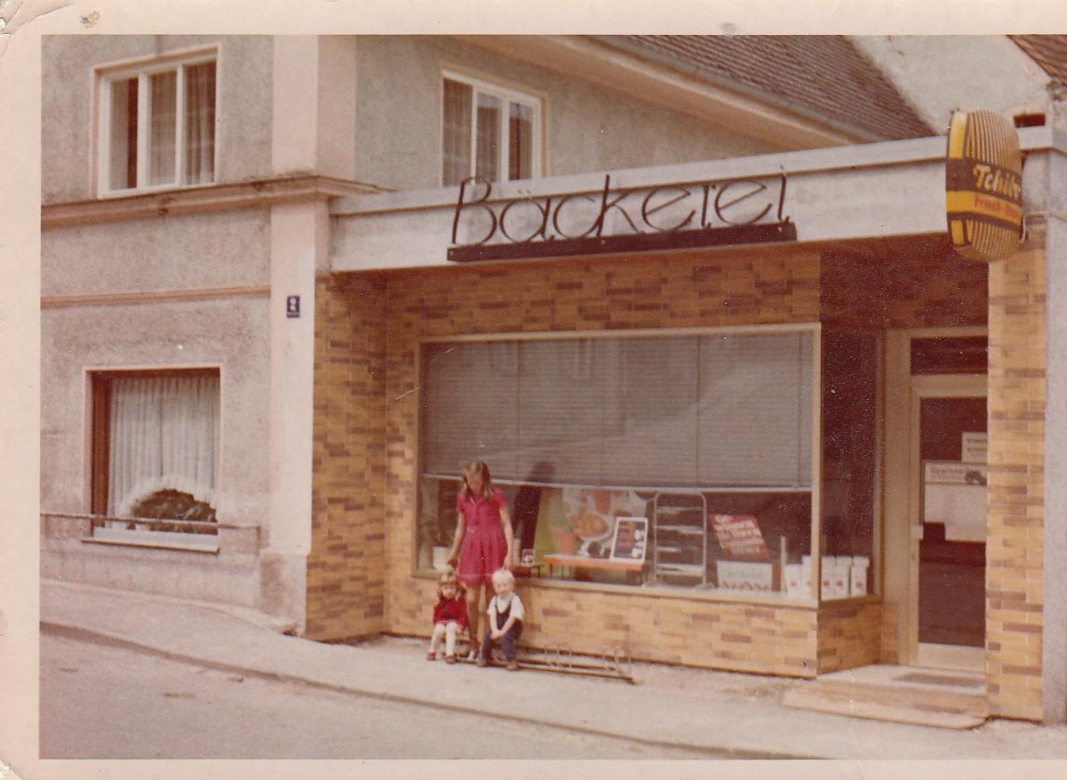 1971-Hohenstaufenstr.-2-v.l.-Margit-u.-Ingrid-Kastl-und-Josef-Poeppel